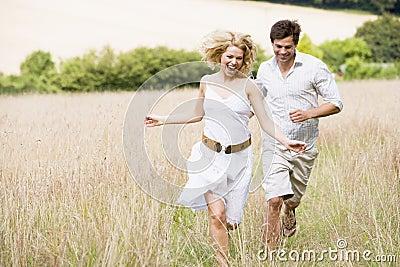 Paare, die draußen laufen