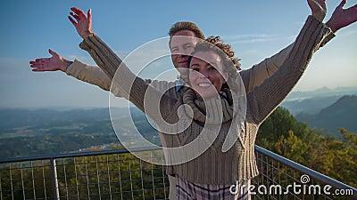 Paare, die Hände ausdehnen, um wie das Beleidigen zu glauben stock footage
