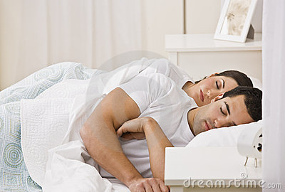 Paare, die im Bett schlafen