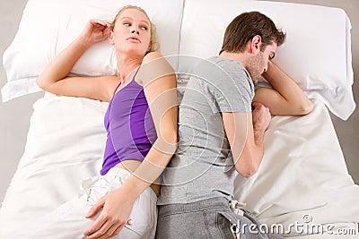 Paare, die im Bett Wechsel liegen