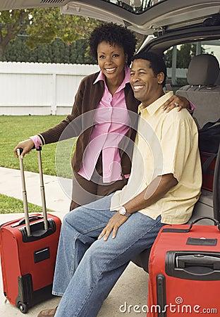 Paare, die im Stiefel des Autos sitzen