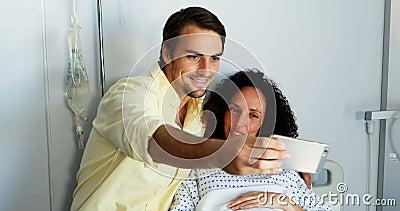 Paare, die selfie am Handy im Bezirk nehmen stock footage