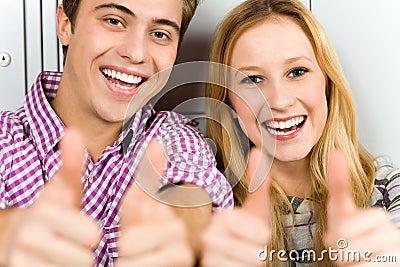 Paare, die sich Daumen zeigen