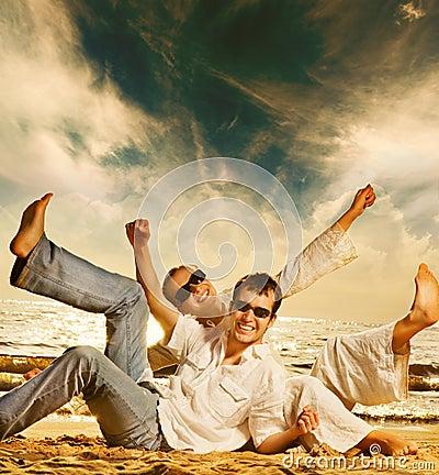 Paare, die Spaß auf dem Strand haben