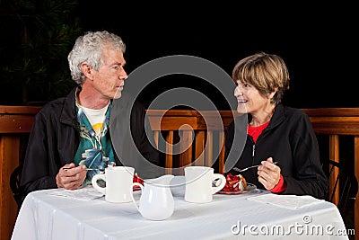 Paare, die Wüste essen