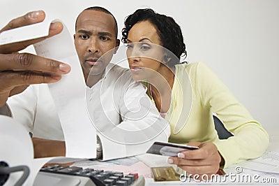 Paare, die zu Hause den Ausgaben-Empfang betrachten