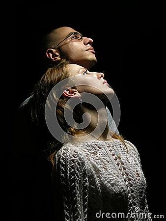 Paare, die zum Himmel schauen.