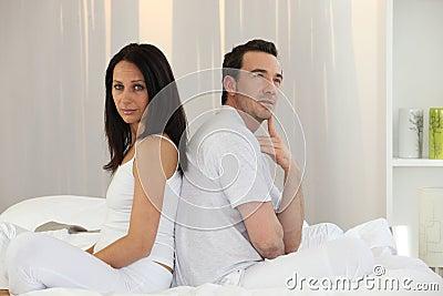 Paare, die zurück zu Rückseite sitzen