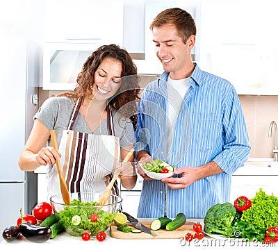 Paare, die zusammen kochen