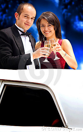 Paare in einer Limousine