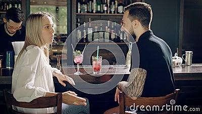Paare im Stab Hippie und Frau des jungen Mannes, die hinter dem Tresen entgegengesetzt sitzen stock video