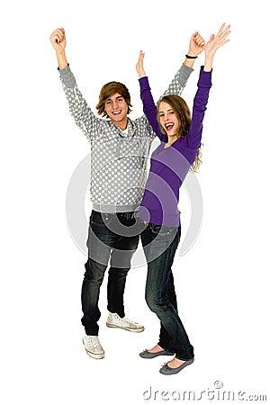 Paare mit den Armen angehoben