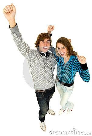 Paare mit den Armen hoben an