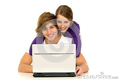 Paare unter Verwendung des Laptops