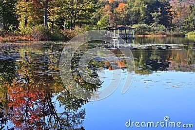 Pabellón con reflexiones del otoño