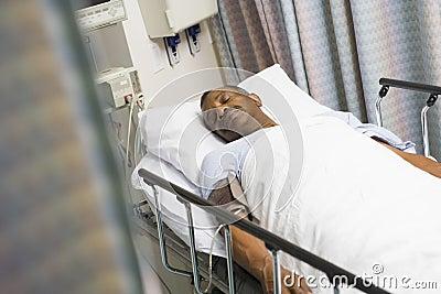 Paciente en cama de hospital