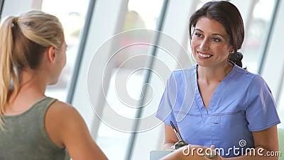 Paciente femenino adolescente de Taking Notes Froom de la enfermera