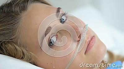 Paciente mujer deprimida con cámara de aspecto nasal, discapacidad por enfermedad almacen de metraje de vídeo