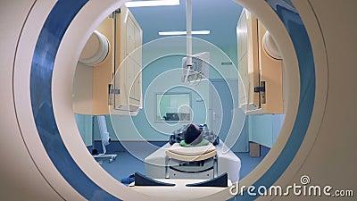 Paciente que encontra-se no varredor do CT ou do MRI O procedimento paciente da exploração do ` s está começando com lançamento d vídeos de arquivo