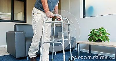 Pacjent ono pomaga mieć siedzącego dzięki jego zimmer rama zdjęcie wideo
