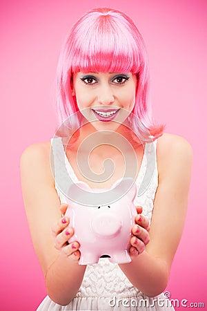 Packar ihop hållande piggy för attraktiv kvinna