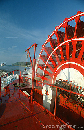 Free Paddle Wheel Of Riverboat On Mississippi River Stock Photo - 23148480