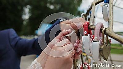 Padlock свадьбы смертной казни через повешение Groom на трубе около разнообразие padlocks Wedding красочные замки вися на трубах  видеоматериал