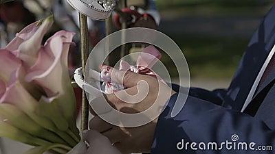 Padlock свадьбы смертной казни через повешение Groom на трубе около разнообразие padlocks Wedding красочные замки вися на трубах  сток-видео