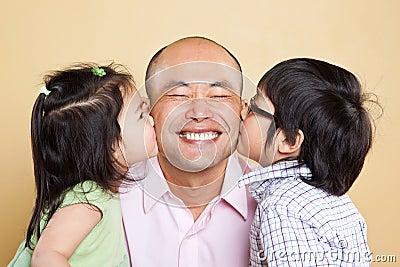 Padre e bambini asiatici