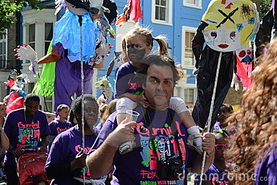 Padre e hija en el carnaval de Notting Hill Imagen de archivo editorial