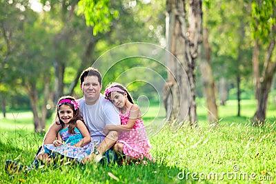 Padre e hijas en comida campestre