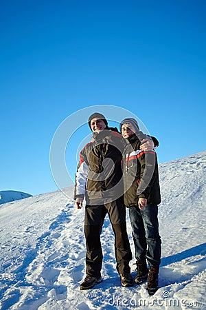 Padre e hijo en vacaciones de invierno