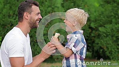 Padre e hijo que comen el helado junto metrajes