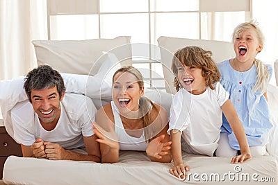 Padres de risa que juegan con sus niños