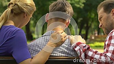Padres que apoyan al hijo trastornado después del examen, de la ayuda de la familia y del cuidado fallados almacen de video
