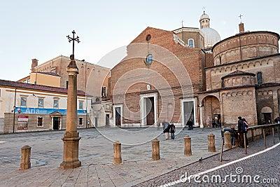 Padua domkyrka med baptisteryen på höger sida Redaktionell Bild