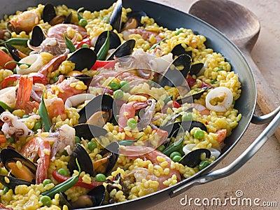 Paella dei frutti di mare in una vaschetta del Paella