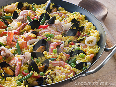 Paella do marisco em uma bandeja do Paella