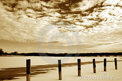 Paesaggi congelati delle nubi e del lago