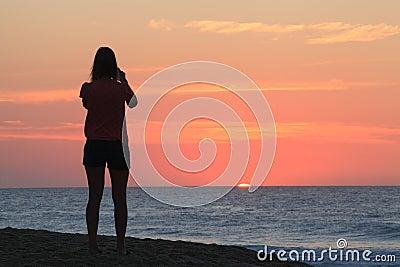Paesaggio dell oceano: Peeks di Sun sopra l orizzonte NC