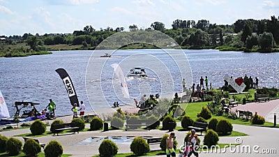 Paesaggio della stazione balneare su ora legale con le barche di galleggiamento e su abbondanza della gente stock footage