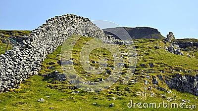 Paesaggio inglese della campagna: collina, rete fissa del muro a secco