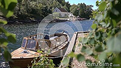 Paesaggio scandinavo rurale idilliaco di estate Cottage e barca sulle rive sulla costa sud della Norvegia video d archivio