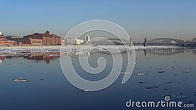 Paesaggio urbano vicino al ponte di Bolsheokhtinsky durante la deriva del ghiaccio della molla St Petersburg stock footage