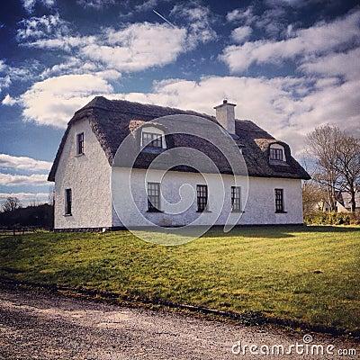 Paese irlanda di casa fotografia stock immagine 60913923 for Casa tradizionale islandese