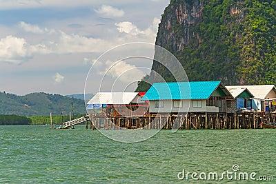 Pagamento de Panyee do Koh construído em stilts em Tailândia