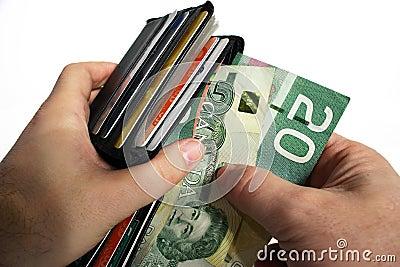 Pagando o dinheiro com moeda canadense