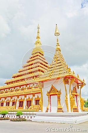 Pagoda dorata al tempio tailandese, Khonkaen Tailandia