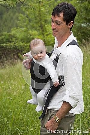 Pai com o bebê no estilingue