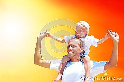 Pai e filho alegres